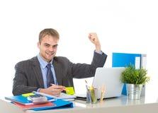 Корпоративный портрет молодого привлекательного бизнесмена показывать и празднуя возбужденный успех в бизнесе Стоковое фото RF