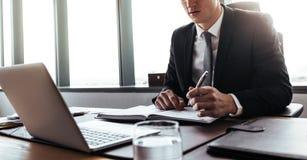 Корпоративный профессионал делая примечания в офисе стоковые изображения rf