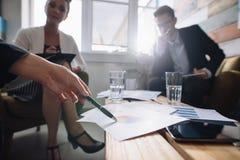 Корпоративный профессионал обсуждая финансовый рост compan стоковые фото