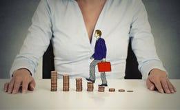 Корпоративный работник идя вверх по лестнице стога монетки Стоковая Фотография