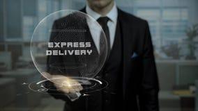Корпоративный специалист по маркетингу представляя срочную поставку стратегии используя hologram видеоматериал