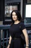 Корпоративный тип женщины businees стоя рядом с statio метро Стоковые Изображения