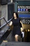 Корпоративный тип женщины businees стоя рядом с statio метро Стоковые Фото