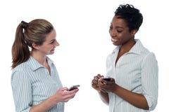 2 корпоративных женщины имея обсуждение Стоковая Фотография