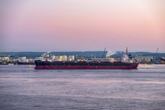 Корпус, Англия - 4-ое мая 2018: Проходить промышленным горизонтом близко к корпусу - Великобритании стоковая фотография