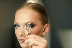 Коррекция ресниц ресницы красивейшей косметической скручиваемости предпосылки завивая делая над инструментом портрета используя д Стоковая Фотография RF
