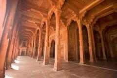 Корридор колонки Fatehpur Sikri красный, Индия Стоковые Изображения