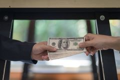 Коррумпированный бизнесмен 2 герметизируя дело с рукопожатием и получая деньги взяткой Стоковое Изображение RF