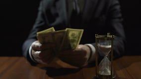 Коррумпированный правительственный чиновник подсчитывая банкноты доллара, злодеяние отмывания денег сток-видео