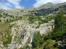 Корсиканский ландшафт с водопадом стоковое фото