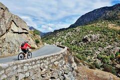 Корсик-велосипедист на пути вдоль реки Golo Стоковые Изображения RF