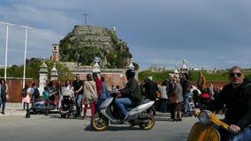 КОРФУ, ГРЕЦИЯ - 6-ОЕ АПРЕЛЯ 2018: Идя люди около старой крепости городка Корфу, Греции Торжества пасхи