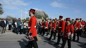 КОРФУ, ГРЕЦИЯ - 6-ОЕ АПРЕЛЯ 2018: Филармонические музыканты играя во время торжеств праздника Корфу пасхи