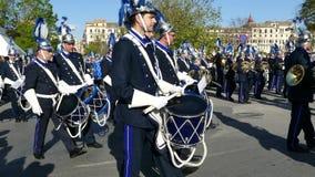 КОРФУ, ГРЕЦИЯ - 7-ОЕ АПРЕЛЯ 2018: Филармонические музыканты играя в торжествах праздника Корфу пасхи Молебствие St Spyridon