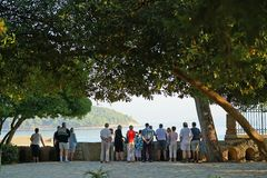 Корфу, Греция, 18-ое октября 2018, туристы различных национальностей восхищает один из ландшафтов города стоковое фото