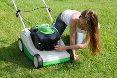 косилка травы девушки Стоковое фото RF