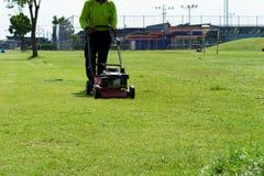 косилка человека лужайки травы вырезывания Стоковое Изображение RF