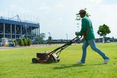 косилка человека лужайки травы вырезывания Стоковые Фотографии RF