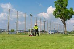 косилка человека лужайки травы вырезывания Стоковое Фото