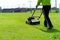 косилка человека лужайки травы вырезывания Стоковая Фотография RF