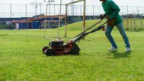 косилка человека лужайки травы вырезывания Стоковые Изображения