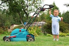 косить лужайки садовника мальчика Стоковая Фотография