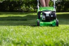 Косить лужайку. Стоковое Фото