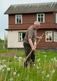 косить человека травы Стоковая Фотография RF