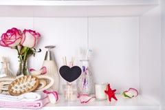 Косметика ванны курорта и роза цветка, на белизне Стоковые Изображения RF