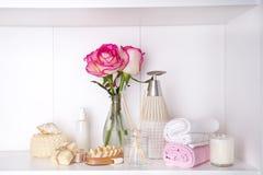 Косметика ванны курорта и роза цветка, на белизне Стоковая Фотография
