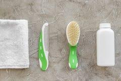 косметика ванны установила для щетки детей, полотенца и волос на сером взгляд сверху предпосылки Стоковое Изображение