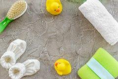 Косметика ванны установленная для детей, полотенца и игрушек на сером космосе взгляд сверху предпосылки для текста Стоковая Фотография RF