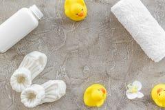 Косметика ванны установленная для детей, полотенца и игрушек на сером космосе взгляд сверху предпосылки для текста Стоковое фото RF