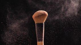 Косметика и концепция красоты Косметическая щетка с порошком пастельного пинка косметическим на черной предпосылке видеоматериал