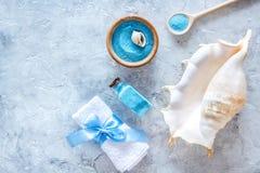 Косметика курорта установила с солью моря для ванны и раковиной на каменном модель-макете взгляд сверху предпосылки Стоковое Фото