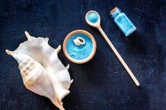 Косметика курорта установила с солью моря для ванны и раковиной на синем взгляд сверху предпосылки Стоковая Фотография RF
