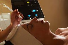 Косметика стороны Крупный план красивой женщины получая лицевой газовожидкостной воде кислорода эпидермическое шелушение использу стоковое изображение rf