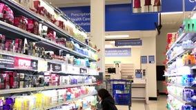 Косметика людей покупая сток-видео