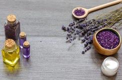 Косметика creams с цветками лаванды на черном деревянном столе Стоковая Фотография RF