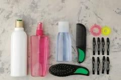 Косметики волос и аксессуары волос, щетки для волос и barrettes на продуктах светлых конкретных ухода за волосами предпосылки над стоковые изображения