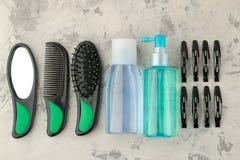 Косметики волос и аксессуары волос, щетки для волос и barrettes на продуктах светлых конкретных ухода за волосами предпосылки над стоковое изображение rf