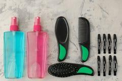 Косметики волос и аксессуары волос, щетки для волос и barrettes на продуктах светлых конкретных ухода за волосами предпосылки над стоковое фото rf