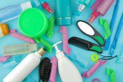 Косметики волос и аксессуары волос, curlers волос, гребни, barrettes и эластичные резиновые ленты На яркой голубой предпосылке Вз стоковое изображение