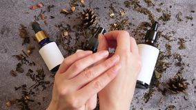 Косметики для заботы кожи Женщина кладет падение сливк в форме образца и распределяет ее над кожей  акции видеоматериалы