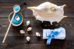 Косметики и раковина моря от мертвого моря для взгляд сверху предпосылки домодельного курорта деревянного Стоковая Фотография