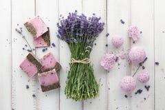 Косметики и цветки лаванды на белых планках Стоковое Изображение