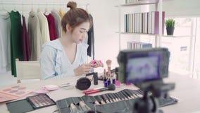 Косметики красоты настоящего момента блоггера красоты сидя в передней камере для записывая видео E сток-видео