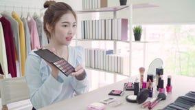 Косметики красоты настоящего момента блоггера красоты сидя в передней камере для записывая видео E видеоматериал