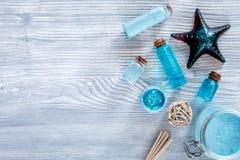 Косметики мертвого моря Соль моря, голубая глина и лосьон на сером copyspace взгляд сверху предпосылки деревянного стола Стоковые Изображения RF