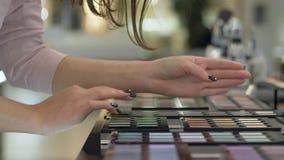 Косметики покупая, тени для век покупателя женские отборные от палитры других цветов для яркого макияжа и примениться сток-видео